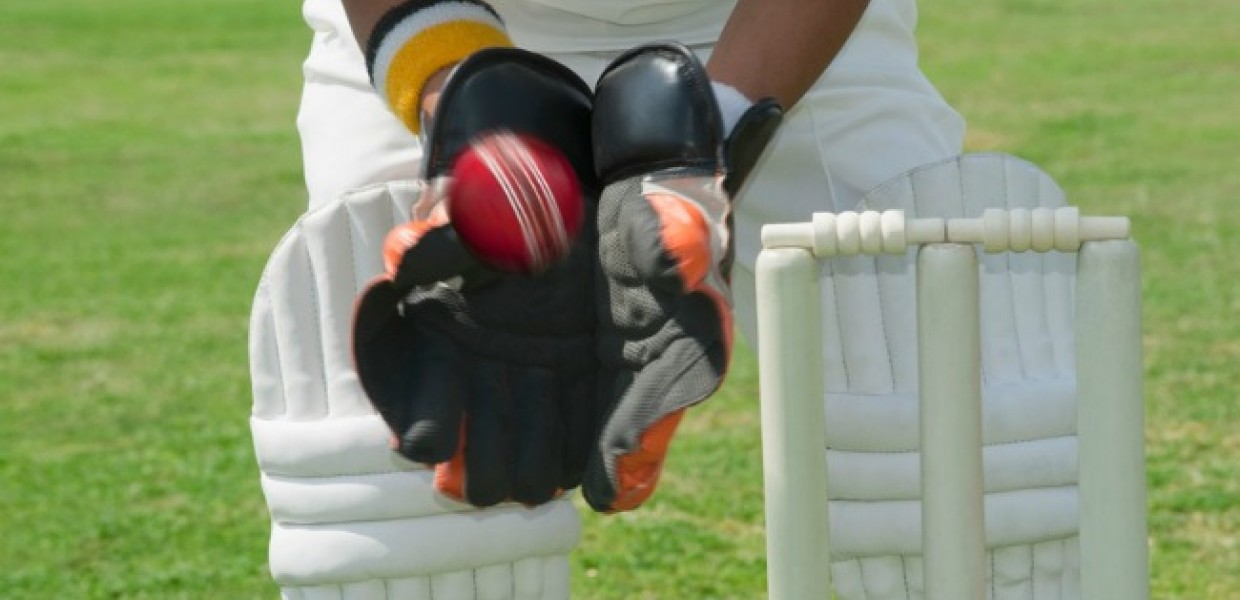 Wicket_Keeper_Catching_Ball